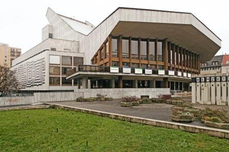 A Győri Nemzeti Színház fő- és oldalhomlokzata. (fotó: HAP Galéria, 2007)