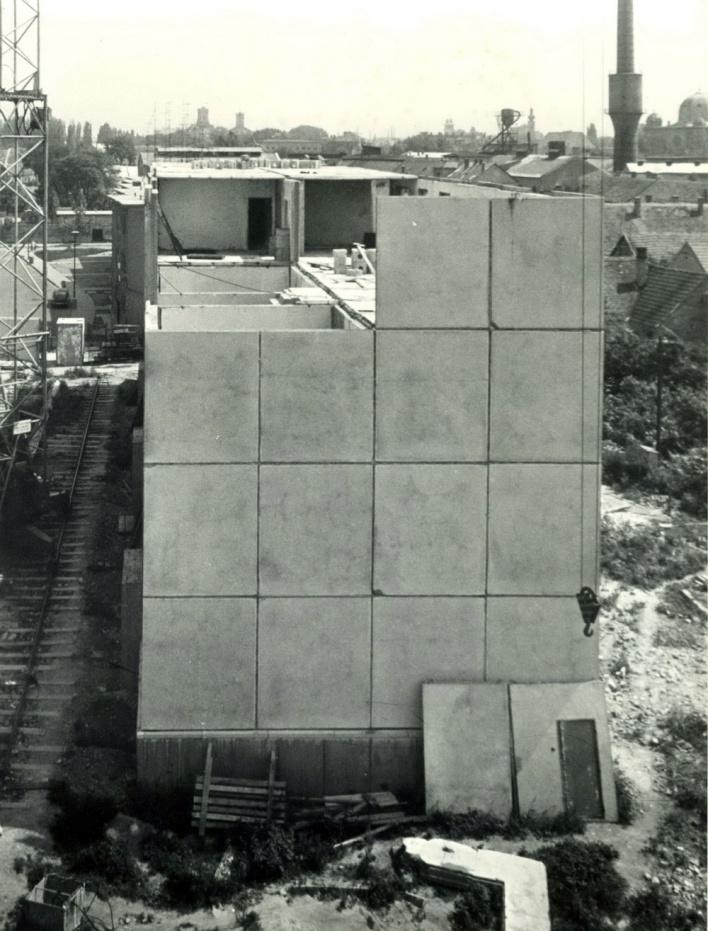 """Épül az első """"igazi"""" győri panelház a Botond utcában. Kísérleti szerkezet kohósalakbetonból, előre elkészített, """"térelemes"""" mosdóblokkal. (forrás: GYŐRITERV kiadvány)"""