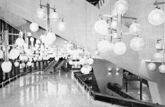 Az előtér galériája. Márvány padlóval, csillárral és hatalmas, térben álló vasbetontartókkal. (fotó: archív)