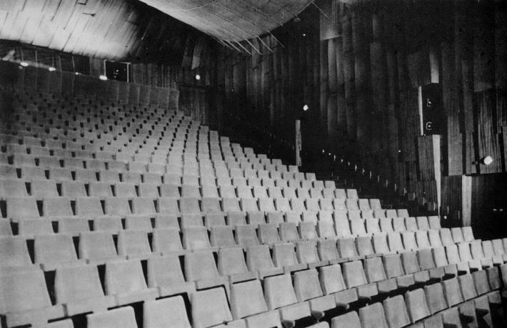 A nézőtér. 691 ülőhely, egy székmező. A tér lefedéseként kisebb méretben megismétlődik a kábeltető. (fotó: archív)