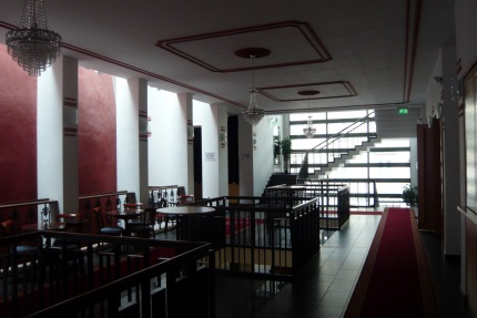 A felújított kultúrház emeleti előtere. A bal oldali piros íves tömeg a színházterem hátsó fala. (fotó: HG)