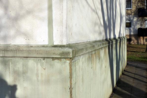A lábazat szerkezete monolit vasbeton, műkővel burkolva. (fotó: HG)