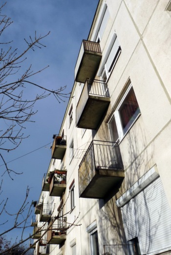 Kis erkélyeket is kapott az épület. (fotó: HG)