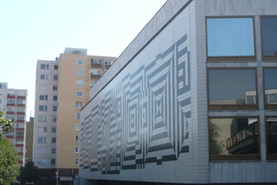 A színház mögött épült tízemeletes panelházak. (fotó: HG)