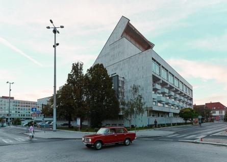 Az épület hátsó része egy valódi, csillogó, korabeli Ladával. (© Modern Győr, Győr-Moson-Sopron Megyei Építész Kamara, fotó: Schmal Fülöp)