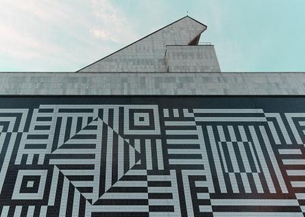 Victor Vasarely két hatalmas kerámia-alkotása közül az egyik részlete. (© Modern Győr, Győr-Moson-Sopron Megyei Építész Kamara, fotó: Schmal Fülöp)