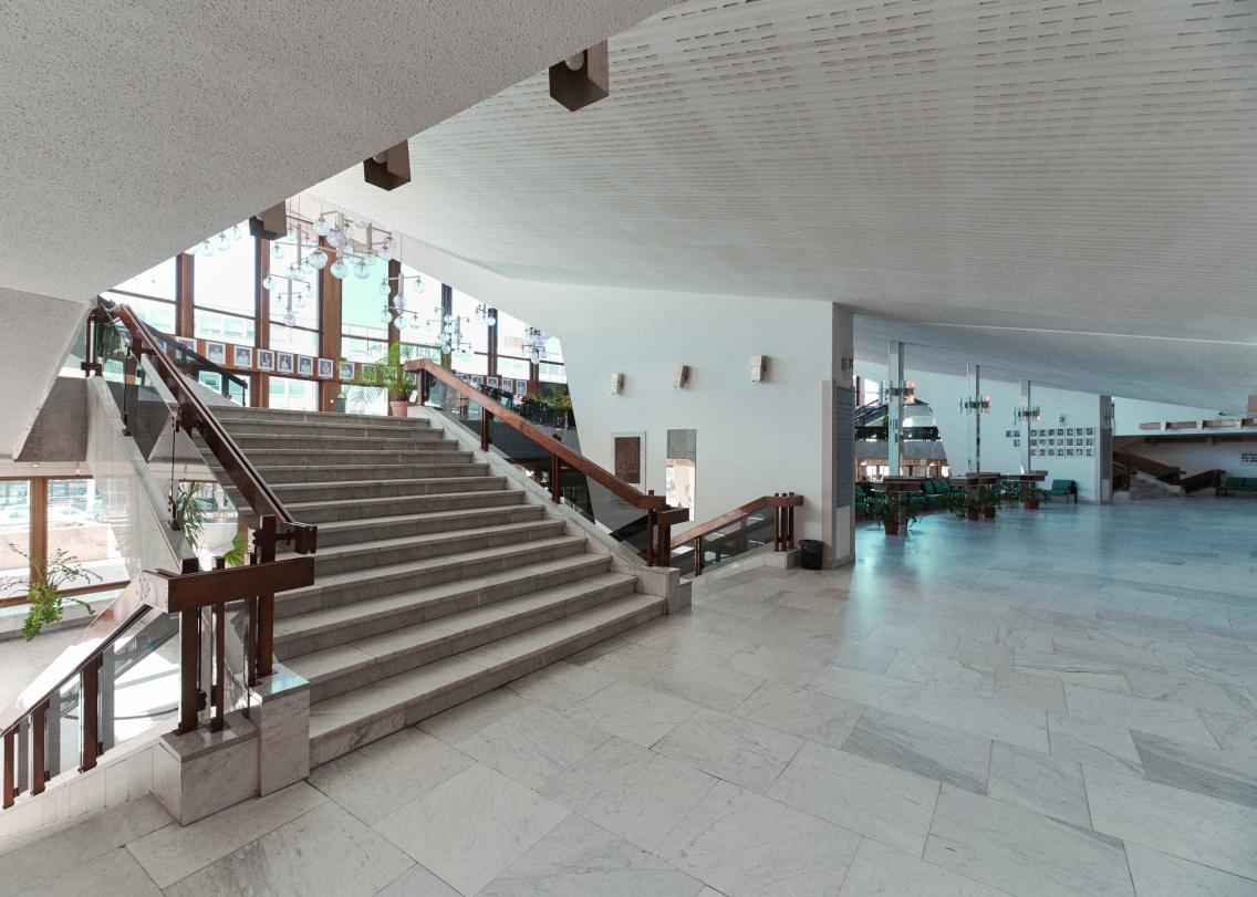 Lépcsők, terek, anyagok és szerkezetek. (© Modern Győr, Győr-Moson-Sopron Megyei Építész Kamara, fotó: Schmal Fülöp)