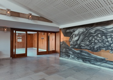 Bal oldalon Szász Endre kerámia-alkotásának egy része, felül pedig az előtér ferde mennyezetének akusztikai burkolata. (© Modern Győr, Győr-Moson-Sopron Megyei Építész Kamara, fotó: Schmal Fülöp)