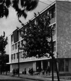 Az épületnek ez az arca 1964-óta nem sokat változott. (forrás: MÉ 1965/4)