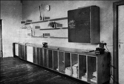 Ezért (is) dolgoztak, a tanári szoba egykori berendezése. (forrás: MÉ 1965/4)