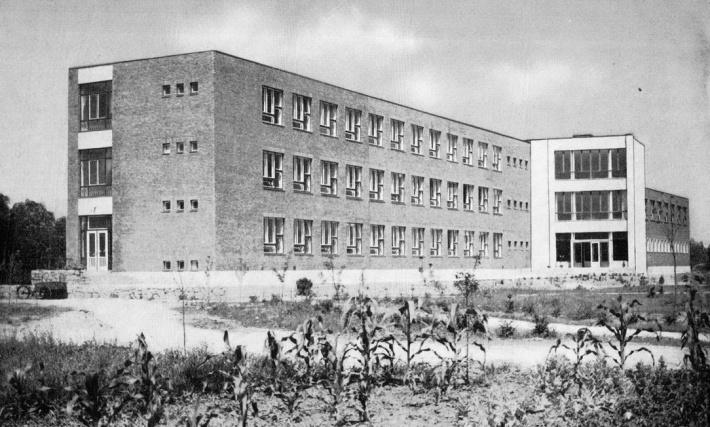Révfalui Általános Iskola. (forrás: Egri, Reisch, Zólyomi, Bp. 1964)