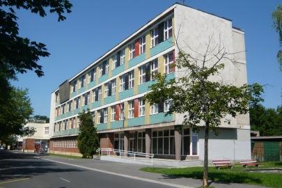 Az iskolaépület főtömege a Bem téren. (fotó: HG)