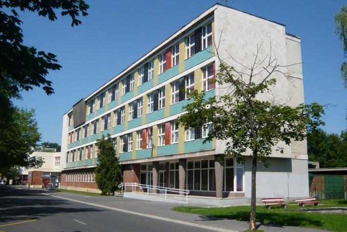 Az iskolaépület főtömege a Bem tér északi térfala. (fotó: HG)