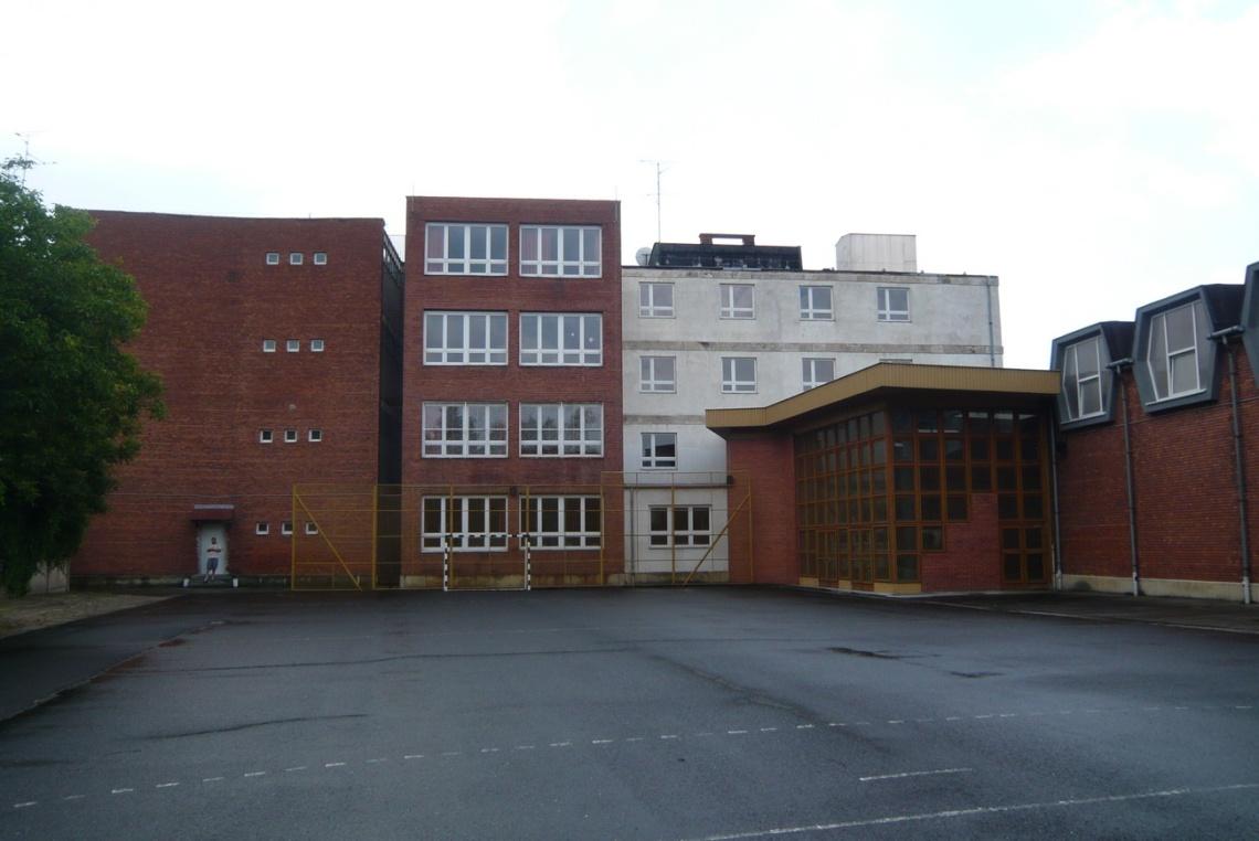 A belső udvar a későbbi kiegészítésekkel: a főtömeg és a tornaterem közé szorított aula, valamint a kb. egy méteres hézaggal épített új osztálytermi rész. (fotó: HG)