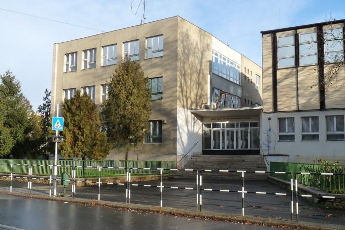 Az iskola főbejárata. (fotó: HG)