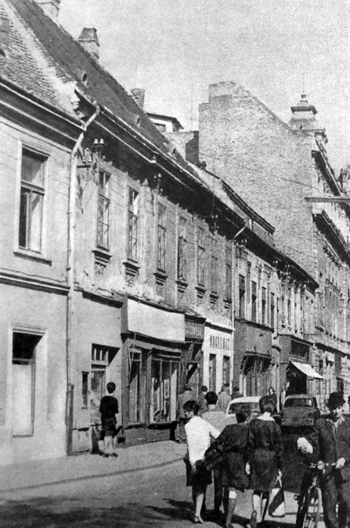 A Kazinczy utca 7., 8. és 9-es szám, az eredeti épületek a Bécsi kapu tér felől fényképezve. (forrás: Winkler-Kurcsis)