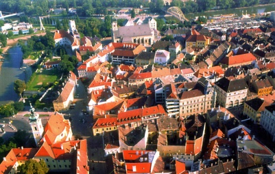 A légifotón jól látszik a foghíjbeépítés elhelyezkedése a várostestben. (forrás: Winkler-Kurcsis)