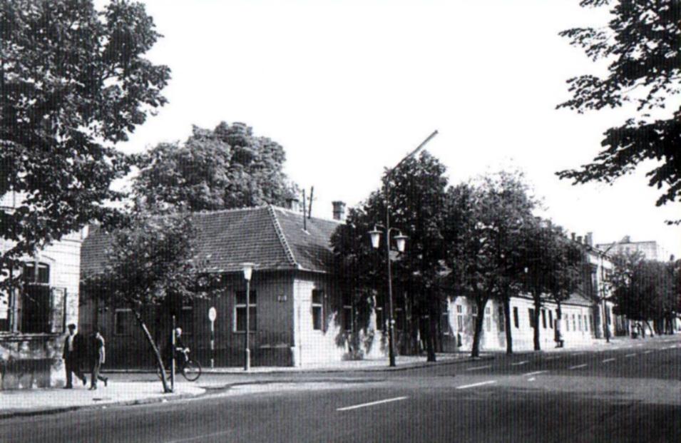 Az épület helyén, az egykori Vilmos császár úton, az ETO-kör épülete állt. (forrás: Winkler-Kurcsis)