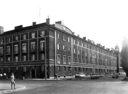 """A """"B"""" jelű épület a hatvanas években a tihanyi Árpád út felől. (forrás: Winkler- Kurcsis)"""