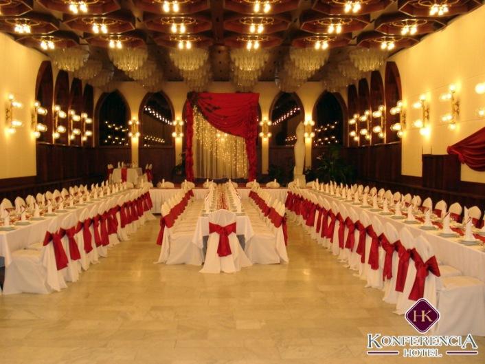 """Az aula a """"reprezentatív álmennyezettel"""", háttérben pedig a hozzá kapcsolódó télikert gótikus ívsora. (forrás: http://www.hotelkonferencia.hu)"""
