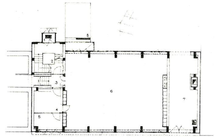 Földszinti alaprajz. 1. szélfogó, 2. lépcsőház, 3. átjáró, 4. titkárság, 5. irodavezető, 6. műterem, 7. kocsiáthajtó, 8. rámpa. (forrás: Magyar Építőipar)