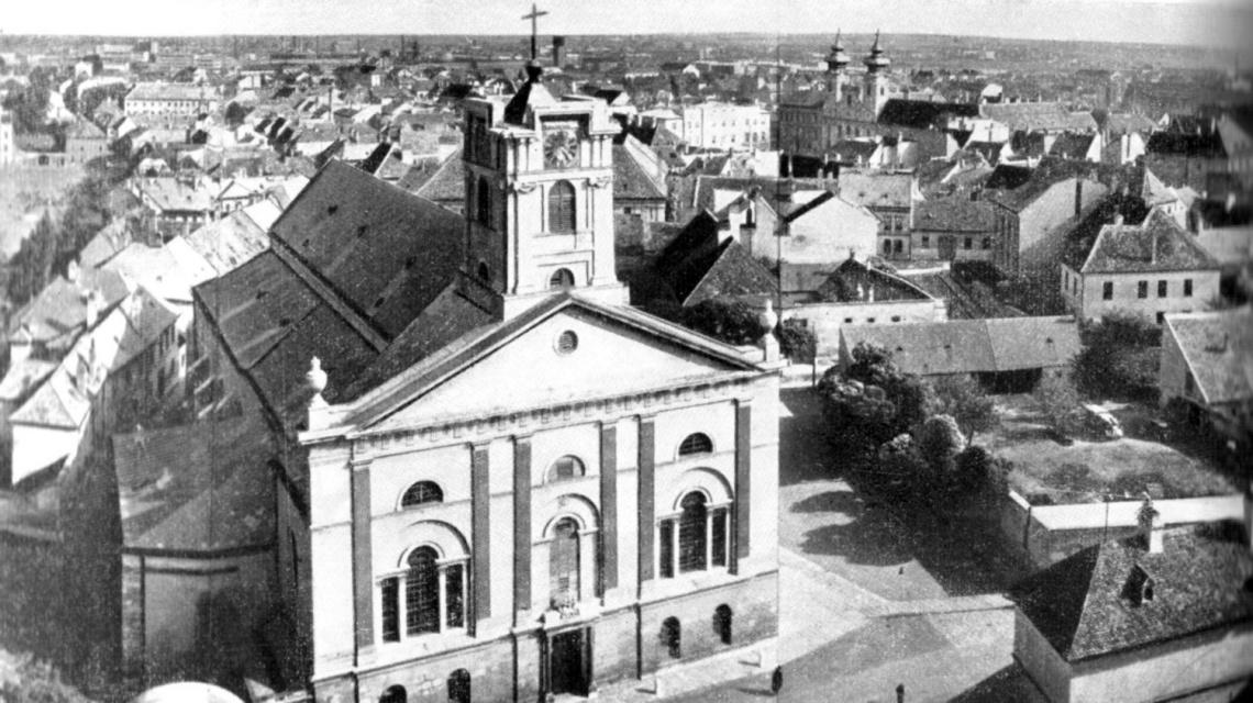 A Káptalandomb és a székesegyház a püspökvár tornyából. A kép jobb oldalán látható üres telekre épült a Kereskedelmi Központ épülete. (forrás: Borbíró-Valló)