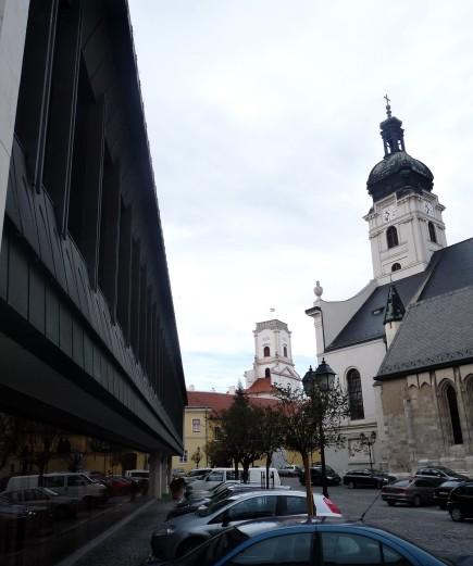 Fém homlokzat a bazilikával és a püspökvárral. (fotó: HG)