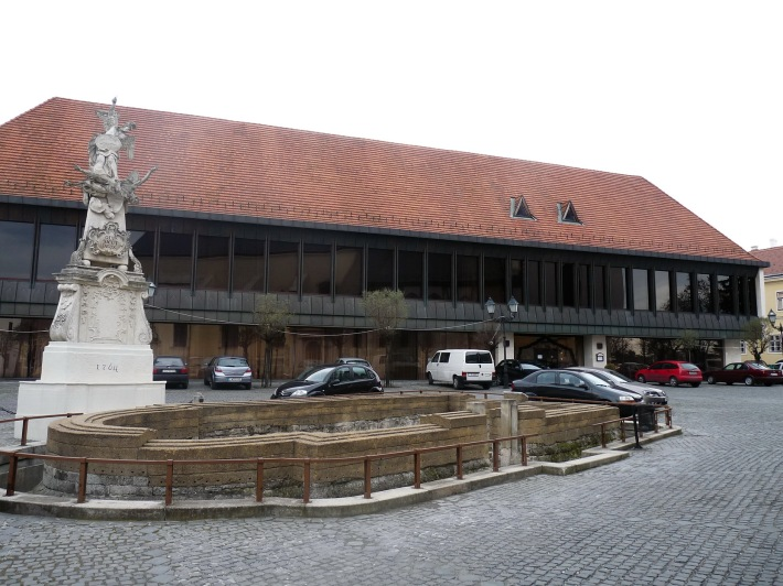 Az építkezést megelőző régészeti kutatások során feltárt 11. századi Szent Lőrinc plébániatemplom maradványai. (fotó: HG)