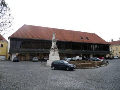 Főhomlokzata az Apor Vilmos tér déli térfala. (fotó: HG)