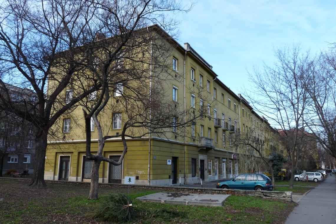 """A """"C"""" épület határolja a ligetet nyugati irányból. (fotó: HG)"""