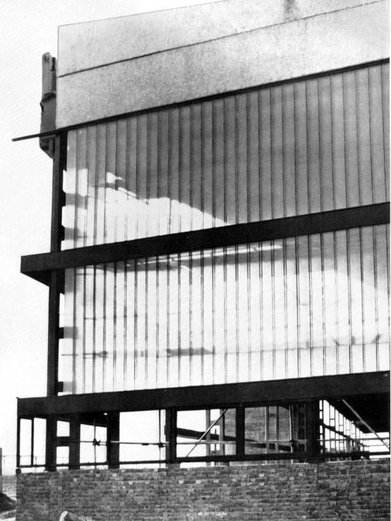 Acél, üveg és némi tégla. Épül a 28 000 m2-es csarnok. (forrás: GYŐRITERV-es publikáció)