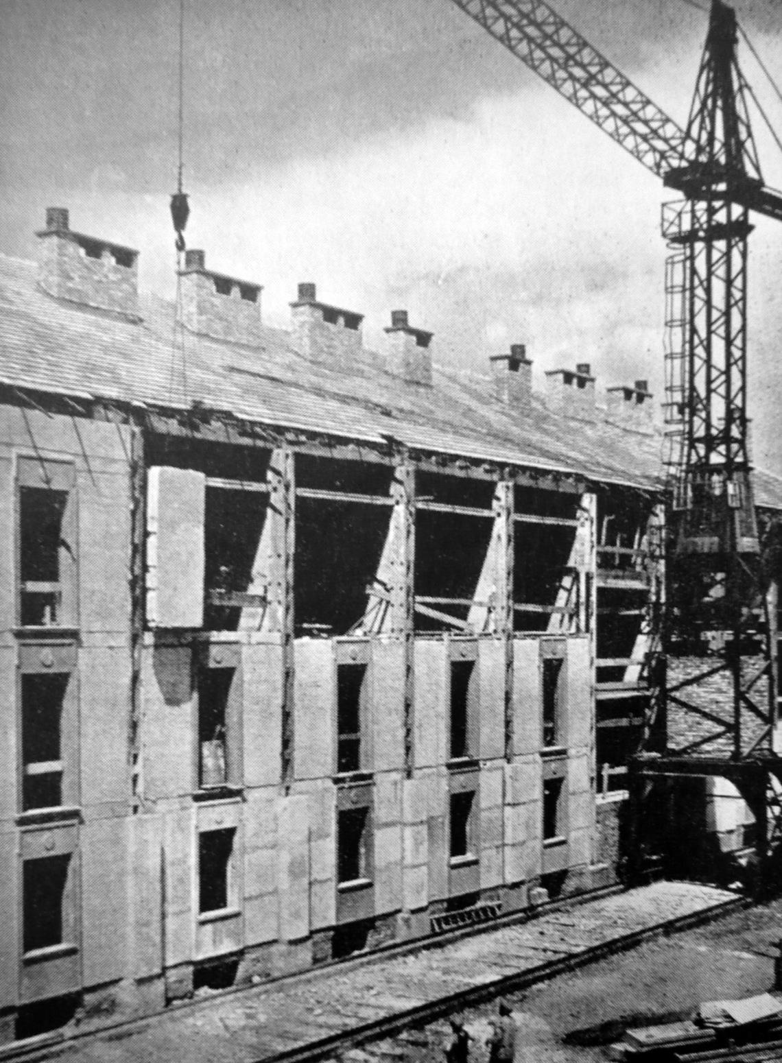 Kísérleti előregyártott gázszilikát blokkokból épített épület 1953-ból, Budapesten a Gubacsi híd mellett. Még látunk díszítést a blokkokon. (forrás: MÉ 1955/6.)