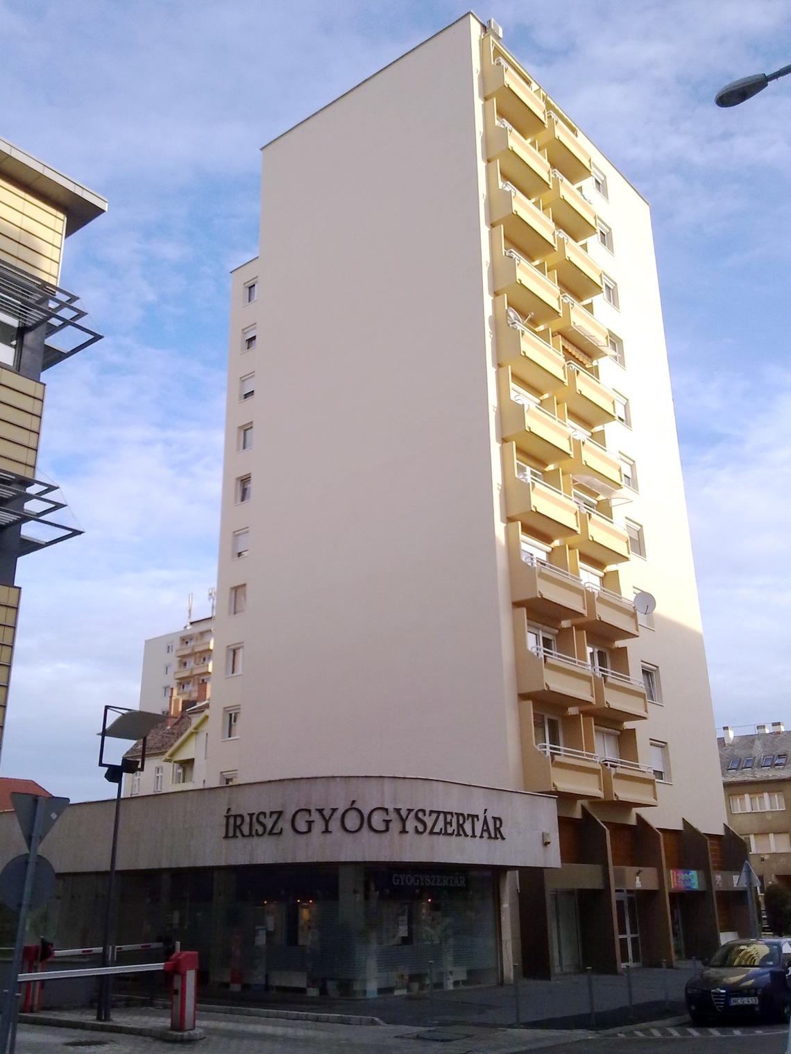 A földszintes kiszolgálóépület a tízemeletes panel árnyékában. (fotó: HG)