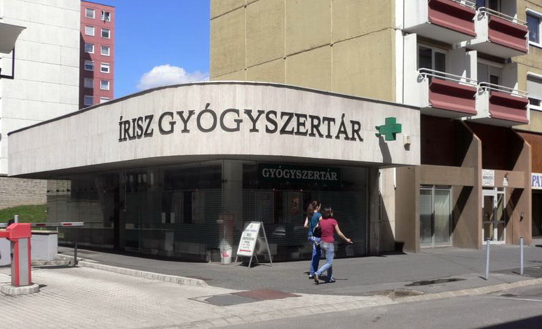 Az egykori utazási iroda épületében ma gyógyszertár van. (forrás)