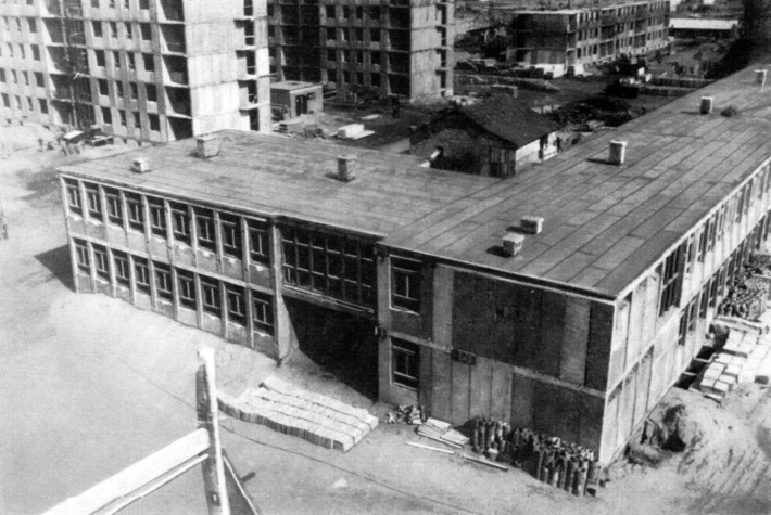 Blokkos lakóépületek között épülő iskola Budapesten. (forrás: MÉ)