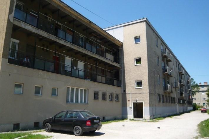 """Csökkentett értékű (""""CS"""") lakások a Kígyó utcai lakótelepen. (fotó: HG)"""