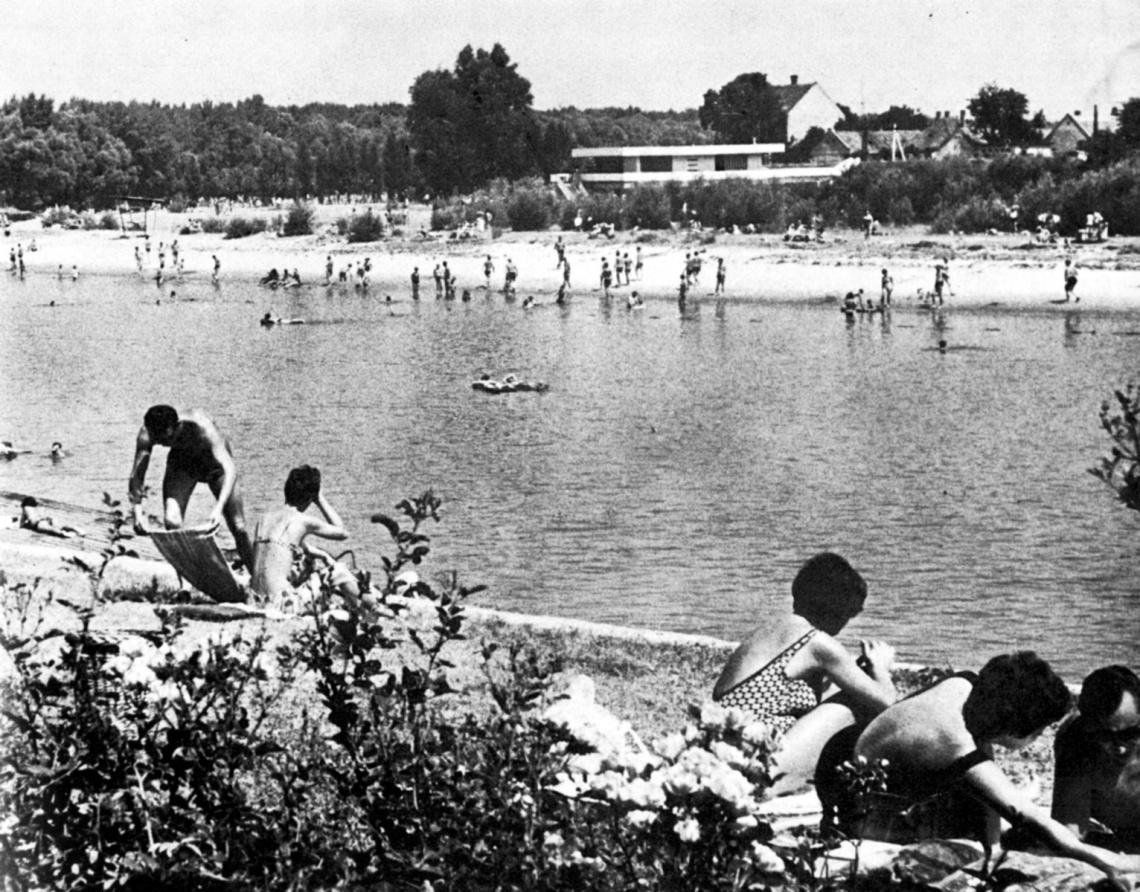 Strandszezon a Mosoni-Duna partján. Háttérben az épület. (forrás: Győri képekönyv, 1971.)