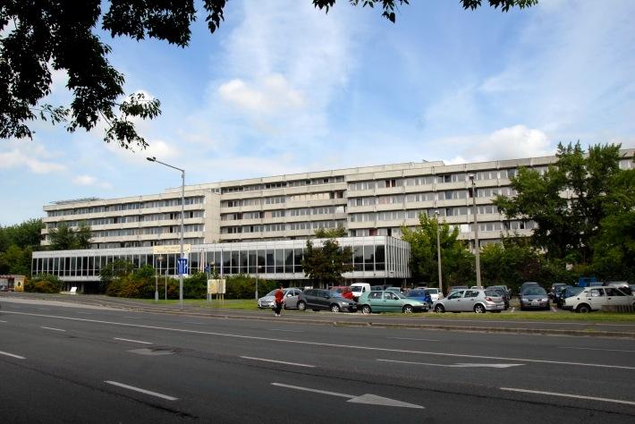 A kórházépület főhomlokzata. (fotó: HG)