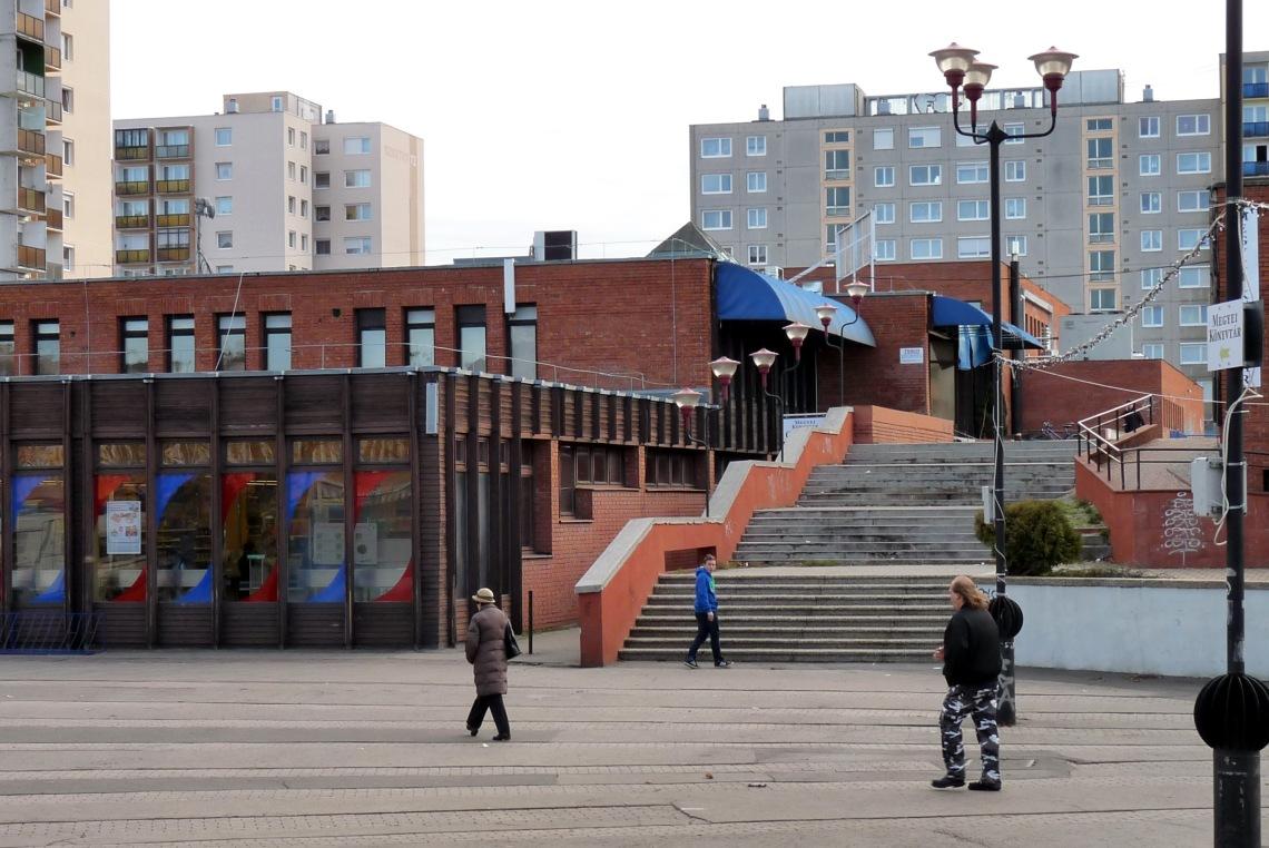 Az (évek soron kicsit megkopott) piactérről induló lépcső. (fotó: HG)