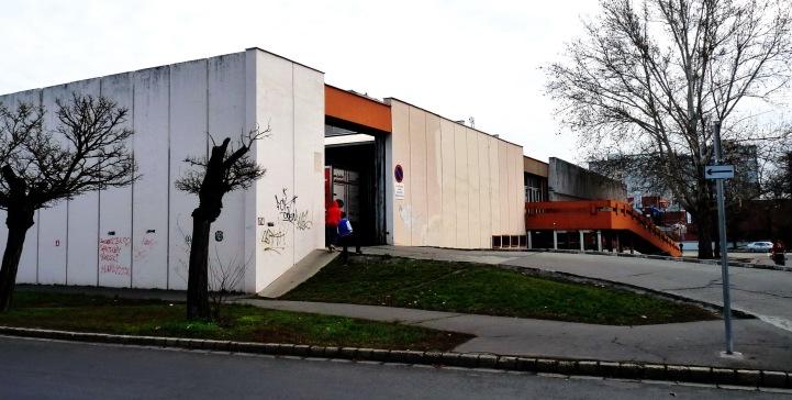 Az épület hátsó, kiszolgálóudvarának bejárata. (fotó: HG)