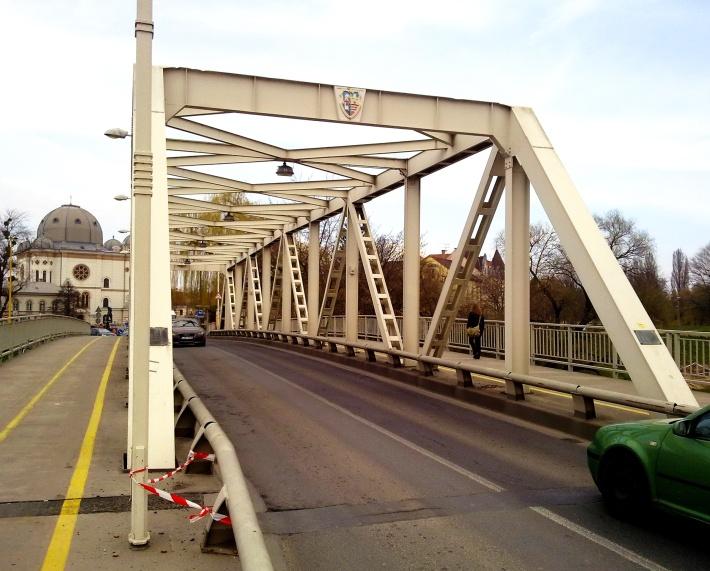 A híd kapuzatain a város címerét láthatjuk. (fotó: HG)