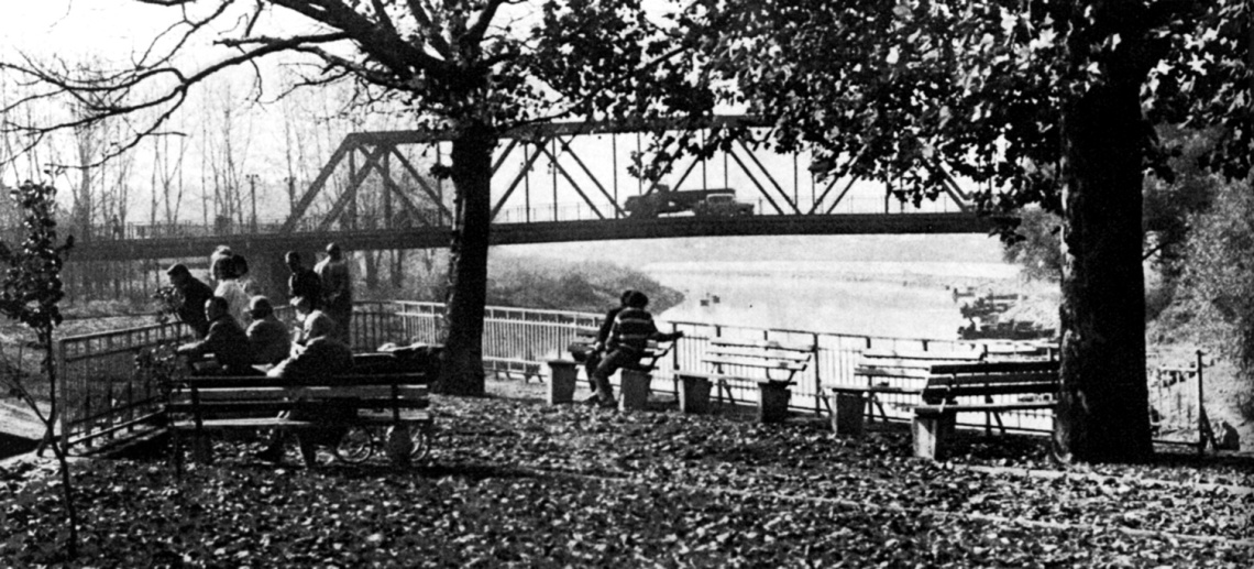 Az 1946-os helyreállítás óta a híd újra eredeti eleganciájával köti össze a két partot és gazdagítja Győr városképét. (archív)