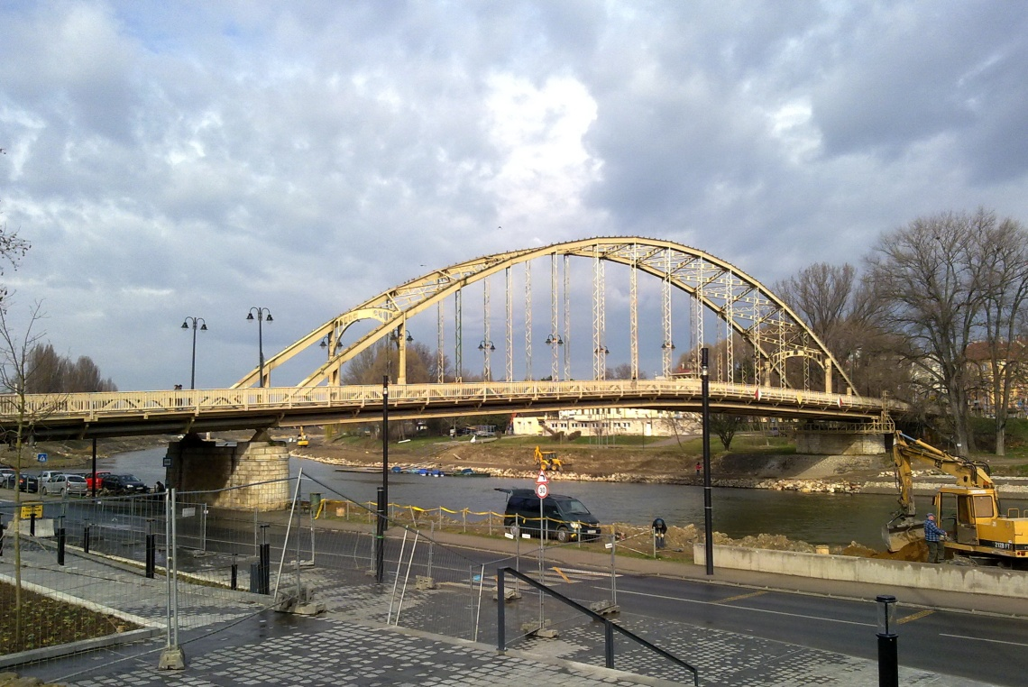 A híd a Dunakapu térről nézve. (fotó: Hartmann G.)