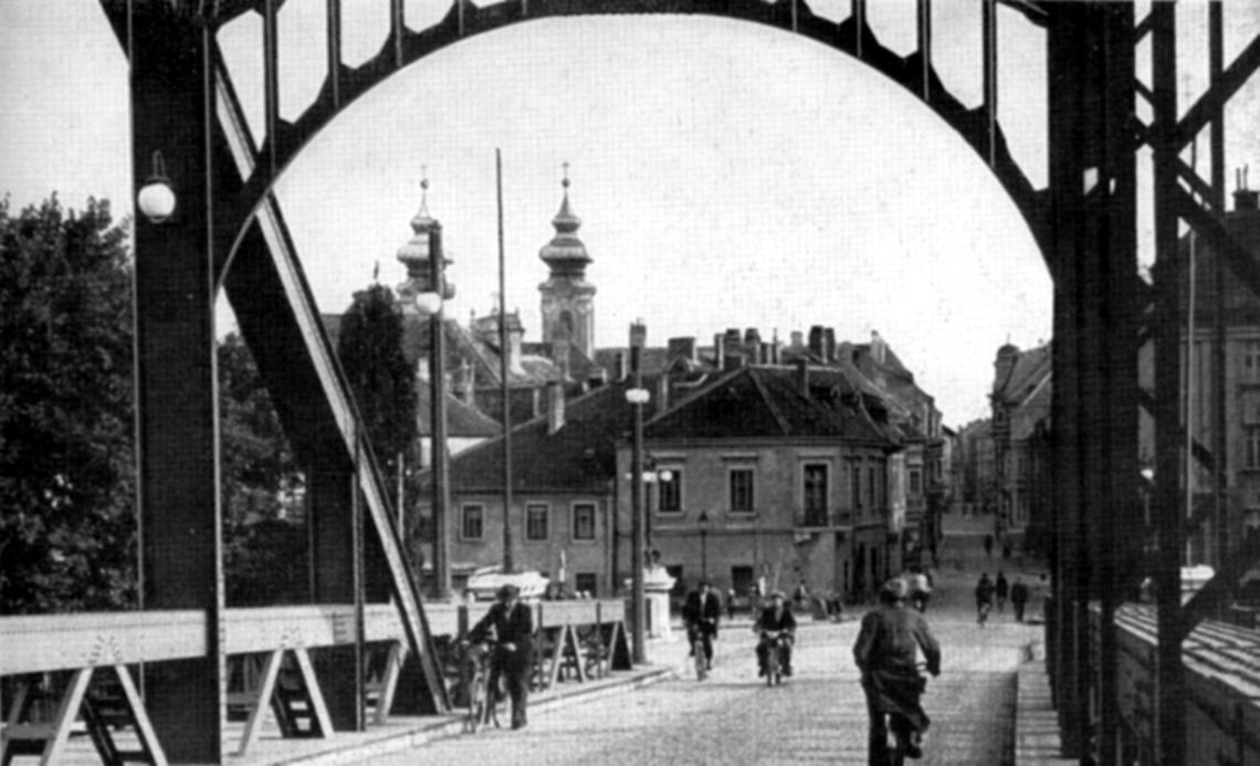 A hídról nézünk a győri belváros felé. (archív kép)