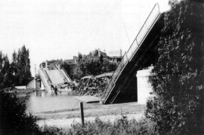 Az 1945-ben felrobbantott híd.  (forrás: Winkler-Kurcsis)