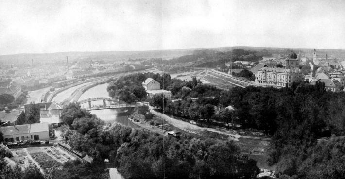 A Kettős híd légifelvételen. Jól látható a Sziget, a rajta lévő színházzal. A Rábán az előtérben egy nagyobb szállítóhajó várakozik, a híd túloldalán a GYSEV kikötője. (forrás: Borbíró-Valló)