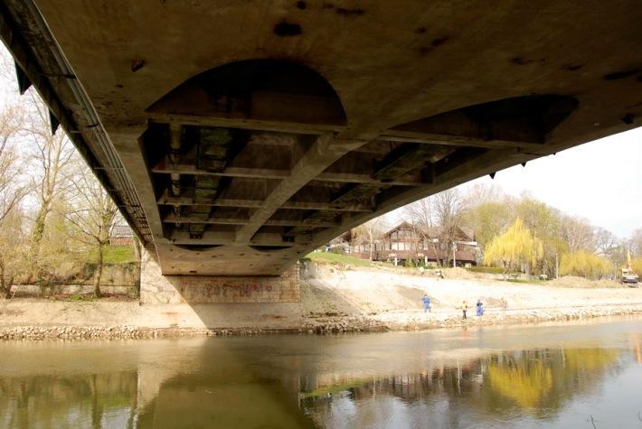 A nagyobbik Rába-ág felett átívelő híd alulról. (fotó: HG))