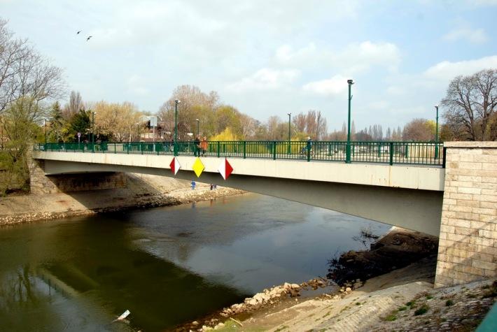 A nagyobbik Rába-ág felett átívelő híd. (fotó: HG)