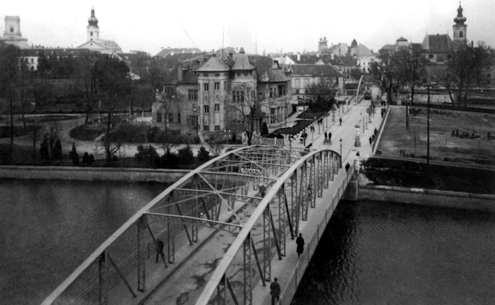 Az 1893-ban elkészült vas-szerkezetű híd és a Radó sziget. (forrás: Szabó Gy.: Káptalandombi tanulmányok)